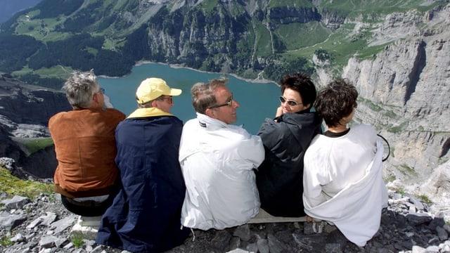 Bundesräte Villiger, Deiss, Ogi, Metzler und Vizekanzlerin Hanna Muralt auf Bank sitzend