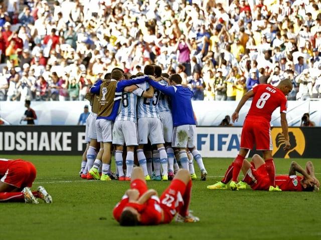 Jubelnde Argentinier und am Boden zerstörte Schweizer nach dem WM-Achtelfinal 2018.