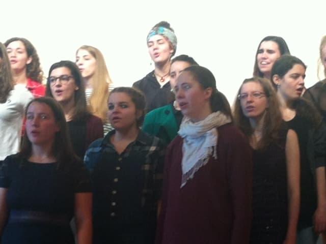 Junge Männer und Frauen singen