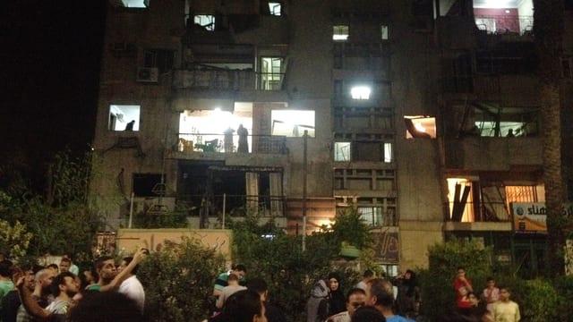 Neugierige vor einem Gebäude der Sicherheitskräfte in Kairo, das von einem Autobombenanschlag  teilweise zerstört wurde.