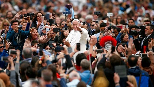 Il papa salida las persunas ch'èn vegnidas sin la plazza da s. Peder.