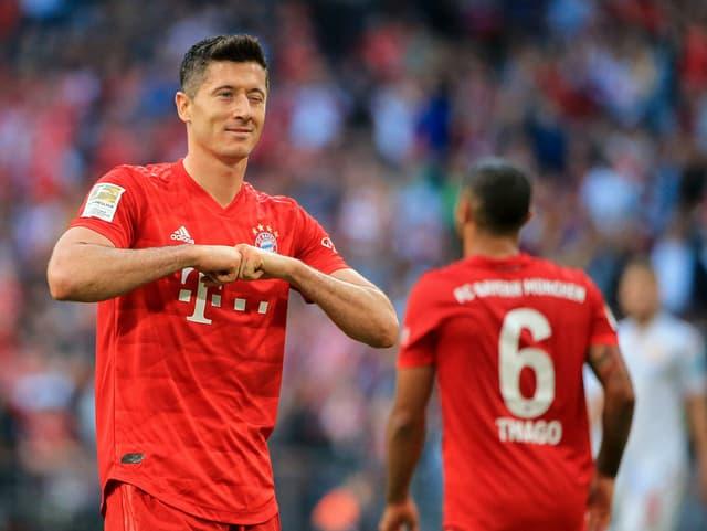 Bayern Münchens Torjäger Robert Lewandowski hat Bundesliga-Geschichte geschrieben. Der Pole traf als erster Spieler überhaupt in den ersten neun Saisonspielen mindestens einmal ins Tor. Damit hat er den früheren Dortmunder Pierre-Emerick Aubameyang, der in der Saison 2015/16 in den ersten acht Spielen immer traf, überflügelt.