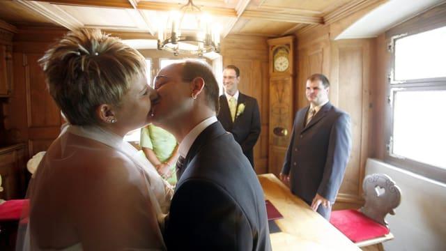 Paar küsst sich nach Trauung