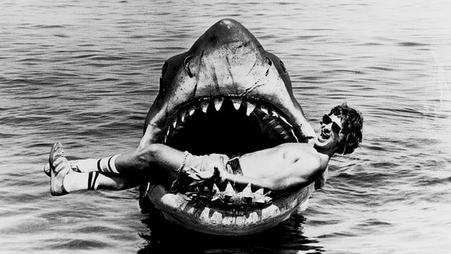 Steven Spielberg im Maul des ferngesteuerten Plastikhais