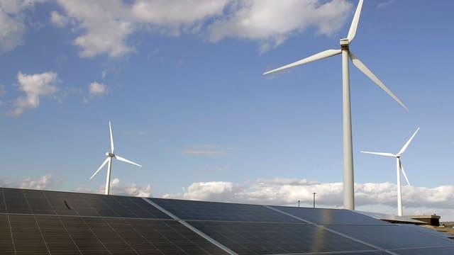 Windmühlen und Solarpanels
