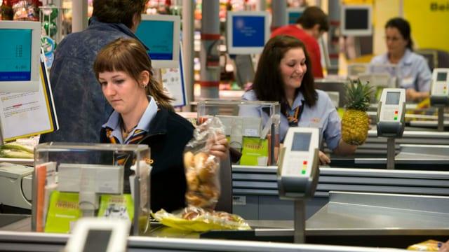 Kassiererinnen in einem Supermarkt