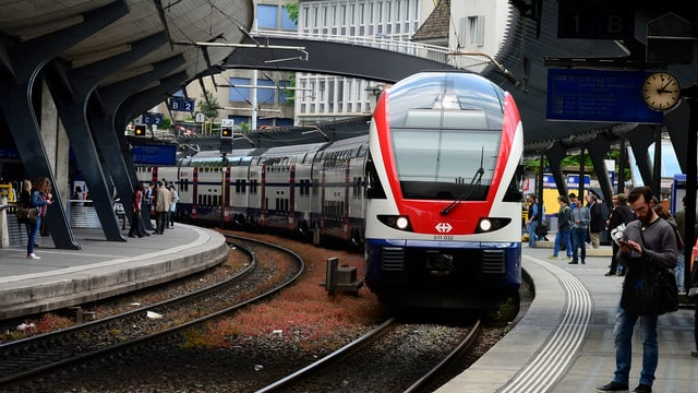 Zürcher S-Bahn im Bahnhof Stadelhofen