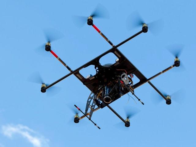 Drohne vor blauem Himmel.