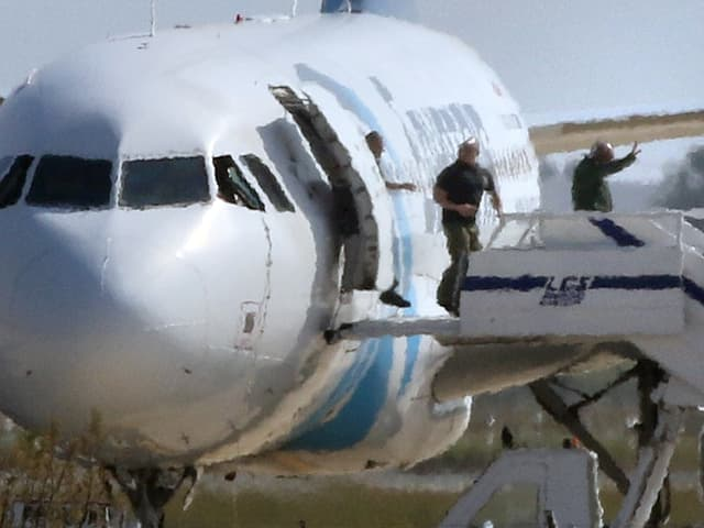 Passagiere verlassen das entführte Flugzeug auf dem Flughafen in Larnaka, Zypern.