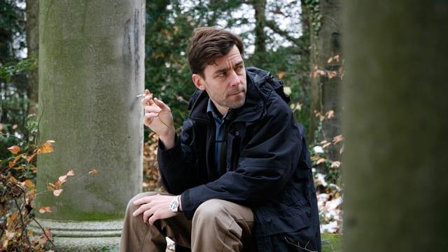 Peter Stamm rauchend.