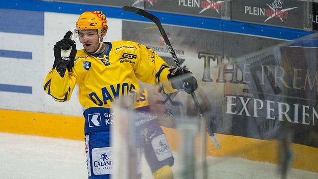 Giugader da hockey mussa cun il det mussader ensi suenter avair sajettà in gol.