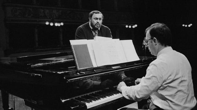 Pavarotti singt, während ihn Leone Magiera am Piano begleitet.
