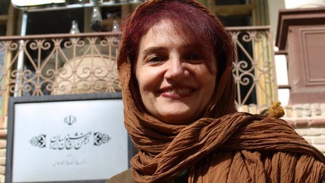 Nooshin Fouroutan im Porträt. Sie trägt ein Kopftuch und hat rotes Haar.