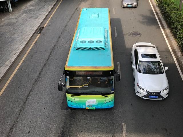 Türkisfarbiger Bus.