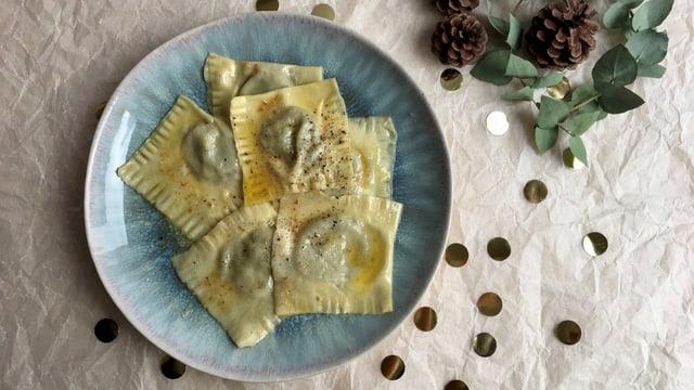 Ravioli mit Topinambur-Füllung auf einem Teller.