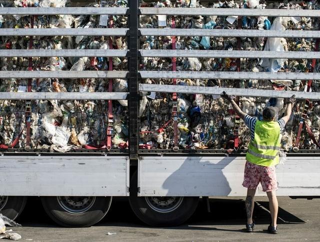 Ein Mann sammelt Plastik