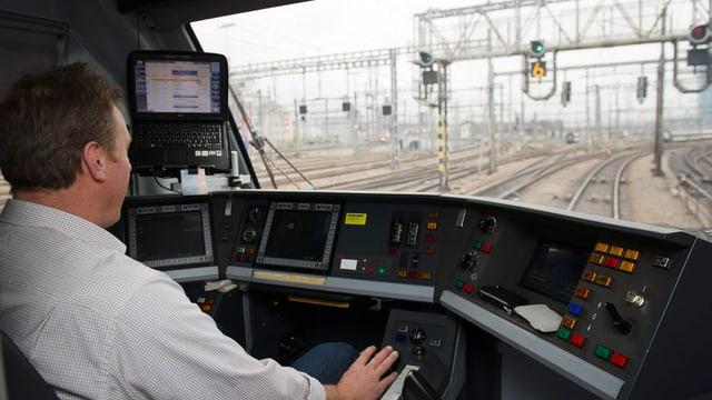 Ein Lokführer im Zug auf der Strecke von Zürich nach Bern.
