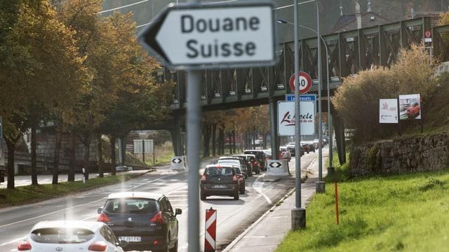 Strasse vor der Grenze zu Frankreich mit einem Schild «Douane Suisse».