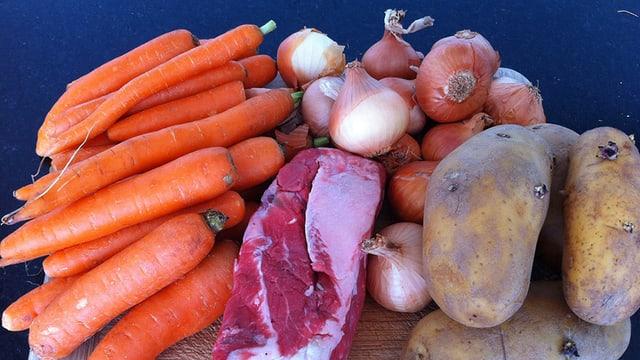 Karotten, Zwiebeln, Rindfleisch und Kartoffeln.