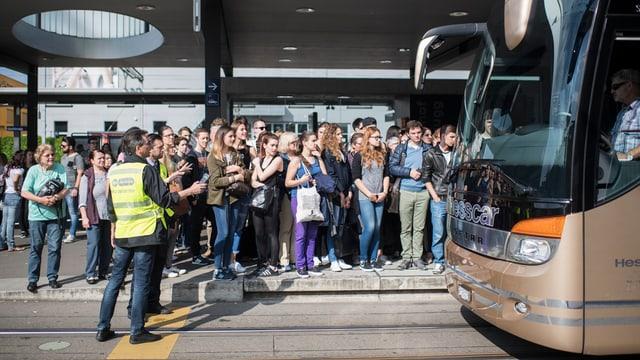 blera glieud spetga sin in bus che remplazza lur tren