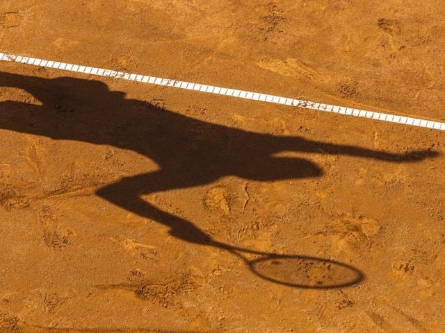 Schatten auf einem Sandplatz.