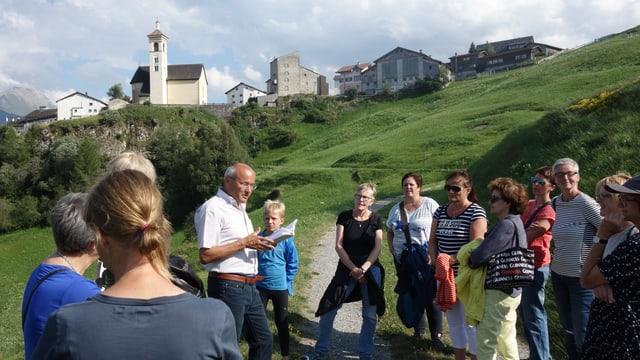 Durant ina saira culturala a Stierva cun l'autur e scolast Linard Candreia.