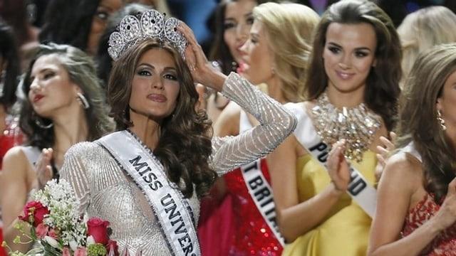 Miss Universe posiert mit ihrer Krone.