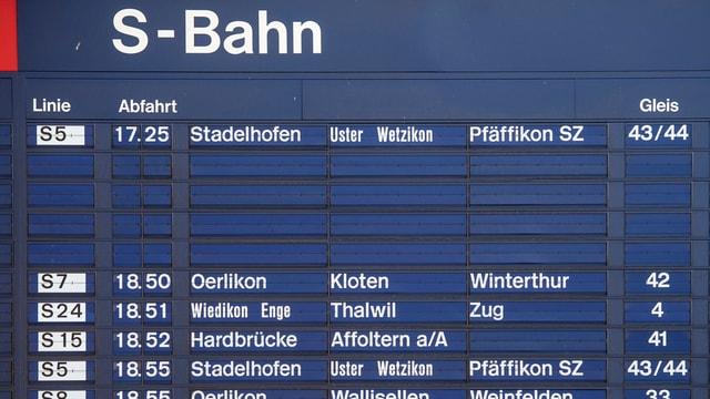 Eine blaue Anzeigetafel, die S-Bahn-Verbindungen anzeigt.