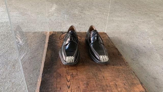 Fingernägel auf Schuhen.