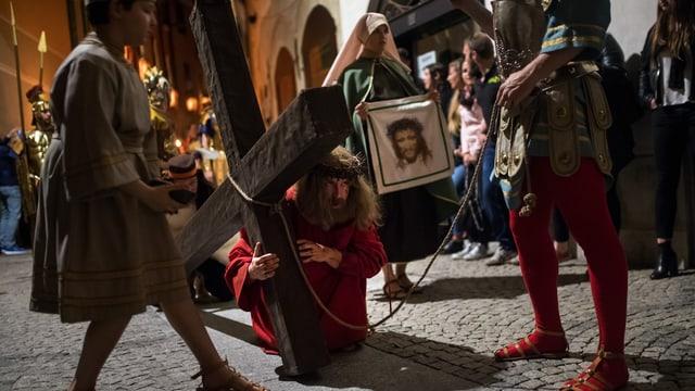 Jesus-Darsteller mit Kreuz