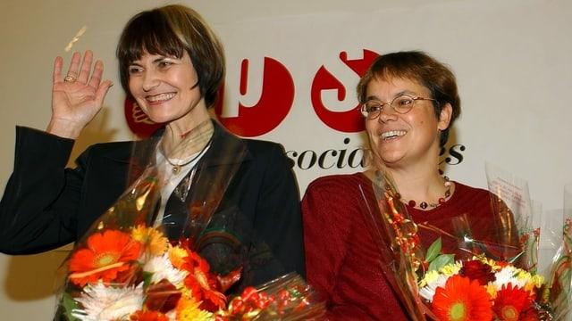 Micheline Calmy-Rey und Liliane Maury Pasquier mit Blumensträussen.