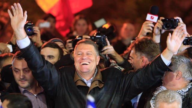 Iohannis lässt sich von seinen Anhängern feiern.