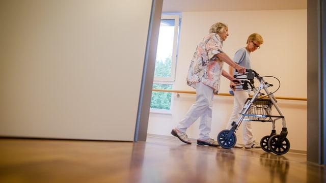 Eine Pflegerin und eine Patientin