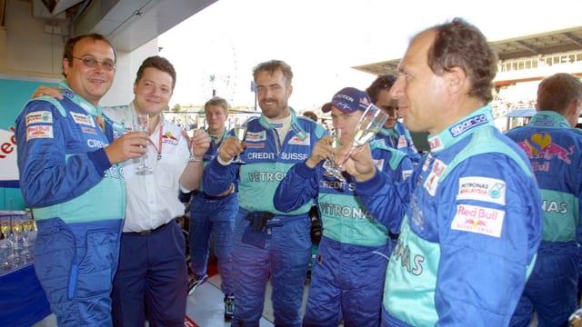 Heidfeld und das Team gönnen sich ein Glas Champagner