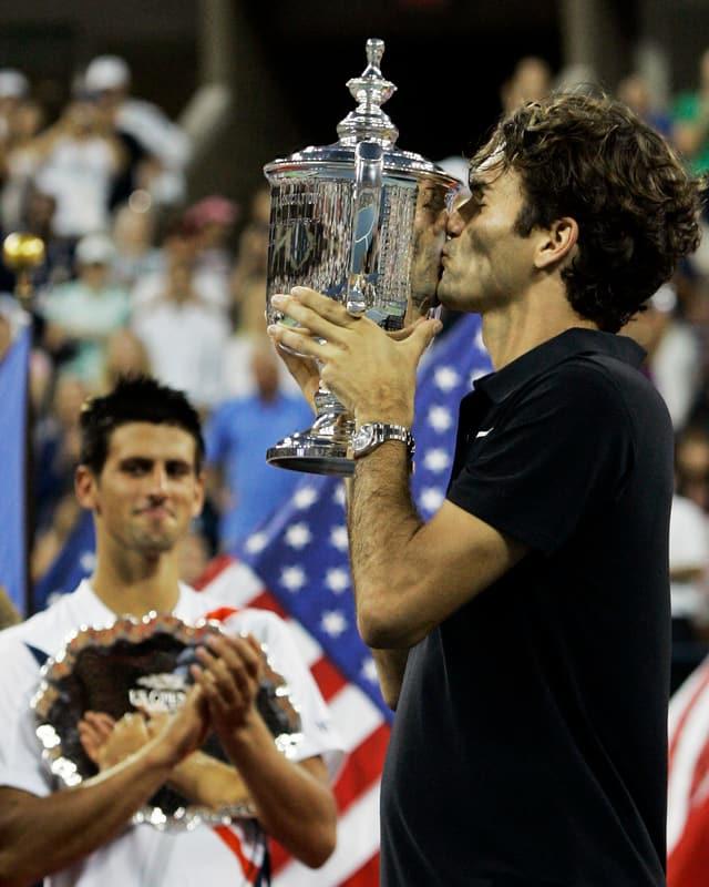 Federer küsst einen Pokal.