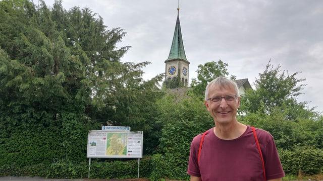 Mann vor der Kirche: Peter Rytz (Wahlkampfleiter EVP Aargau)
