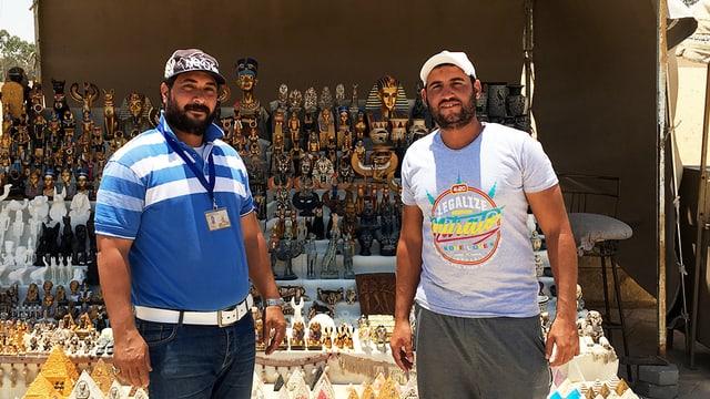 Zwei Souvenir-Verkäufer in der Wüste.