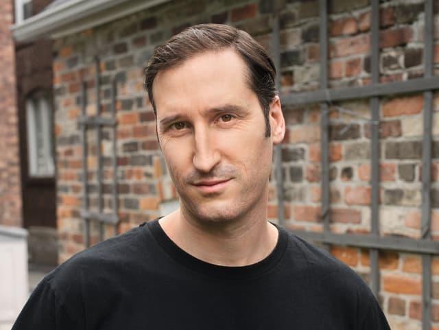 Porträt von Kenneth Bondert in schwarzem T-Shirt.