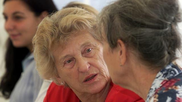Zwei Rentnerinnen im Gespräch