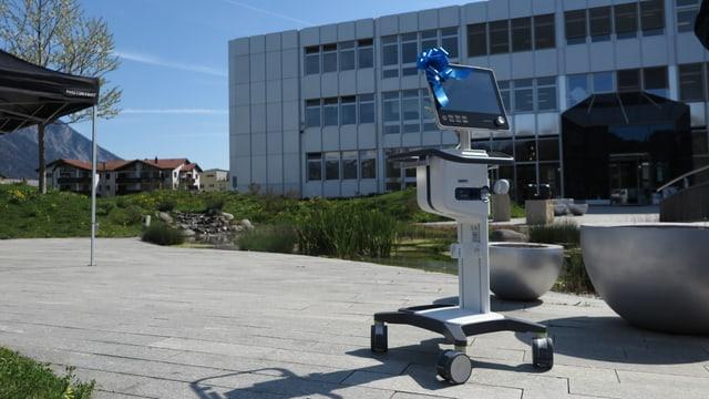 Ein Beatmungsgerät vor dem Sitz der Firma