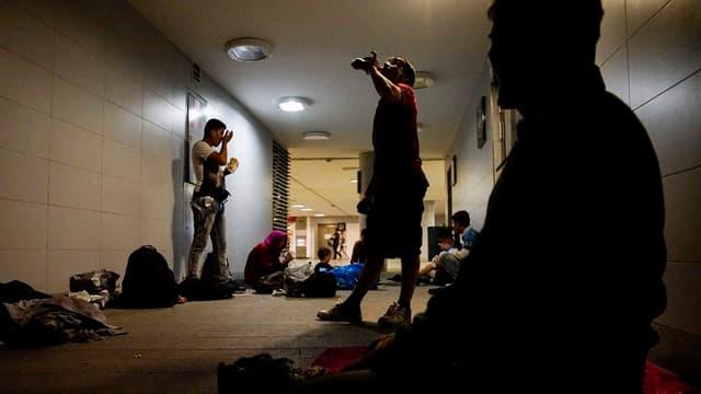 Ina gruppa da migrants ch'è s'installada a l'entrada d'ina staziun sutterrana.