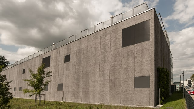 Ein dunkler, fensterloser Beton-Quader.