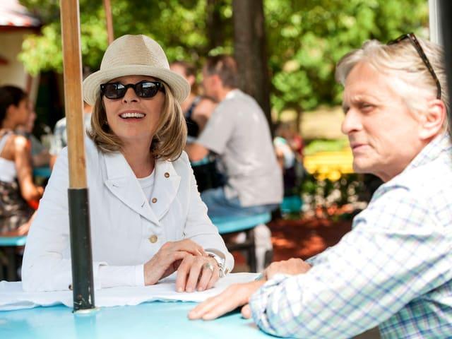Mann und Frau sitzen an einem Tisch.
