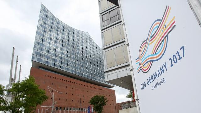 Logo des G20-Gipfels vor der Elbphilharmonie.