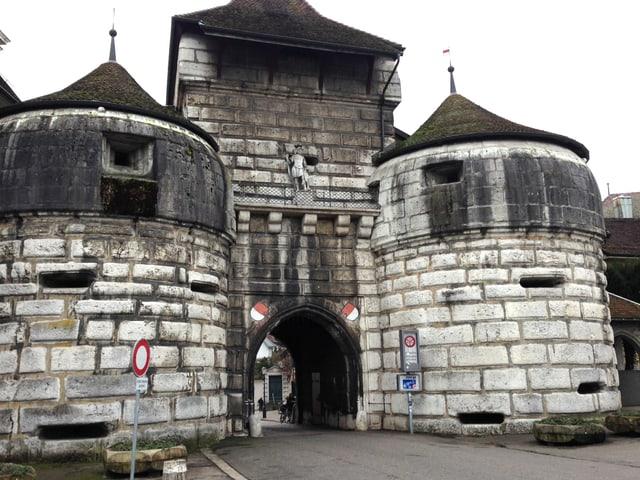 Das massive Solothurner Stadttor mit der Steinfigur St. Urs über dem Eingang in der Mitte.