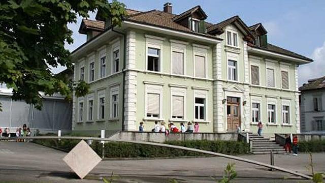 Blick auf das Primarschulhaus in Recherswil.