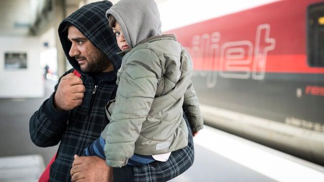 Ein irakischer Flüchtling mit seinem Sohn vor dem Aufnahmezentrum in Buchs SG.