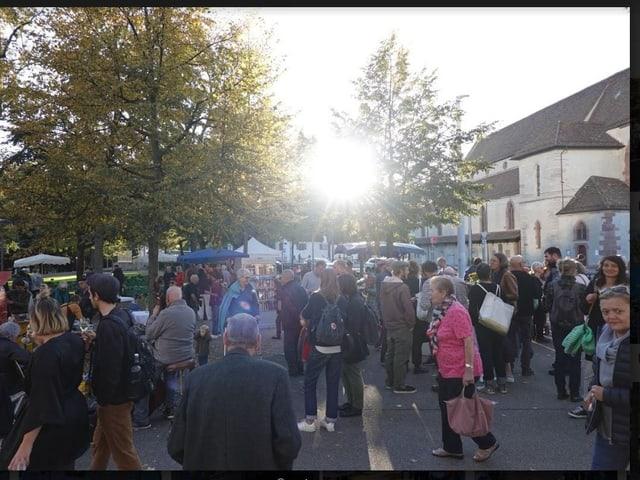 Viele Leute am Markt.