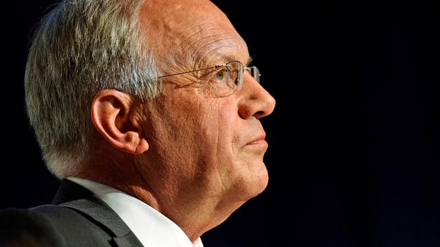 Bundesrat Johann Schneider-Ammann geht an einer Versammlung seinen Gedanken nach. (keystone)
