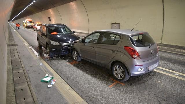 Ils dus autos collidats en il tunnel.